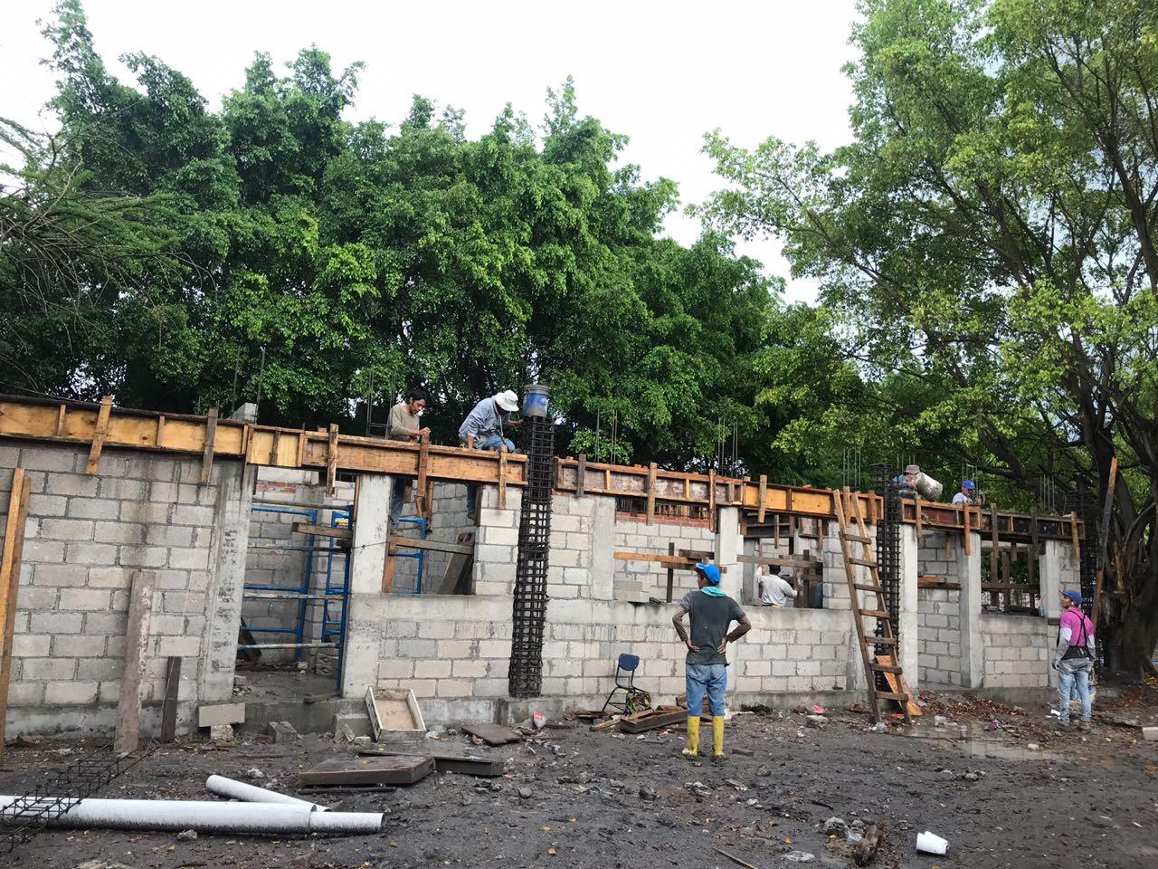 Reconstruyendo escuela después del sismo.
