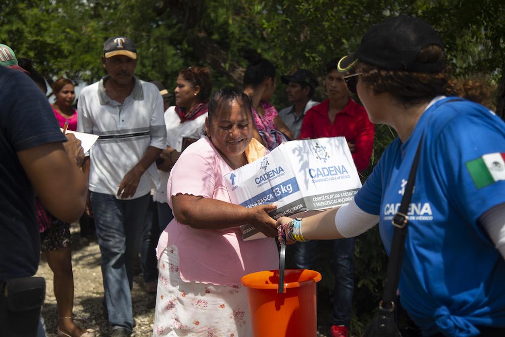 Una mujer recibe despensas en la región de Centla, Tabasco.
