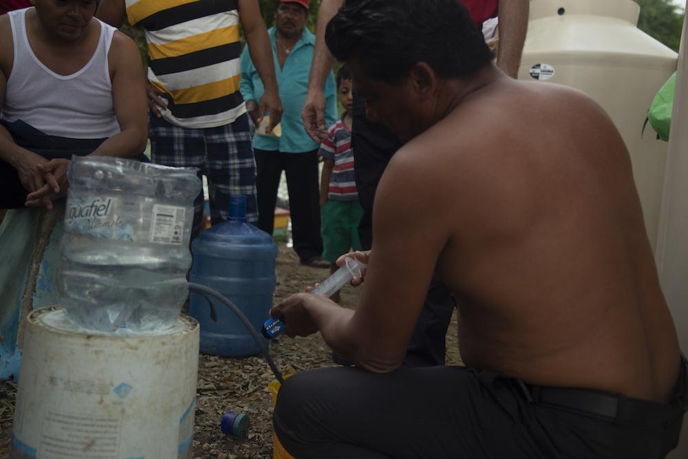 Un hombre filtra agua en la región de Tabasco.