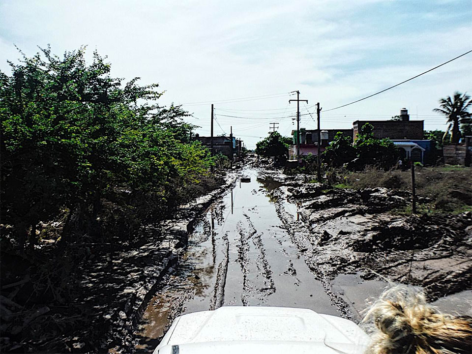 Camino inundado y lleno de lodo en Nayarit