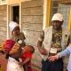La Dra. Joanne Joloy y voluntarios hablan con la comunidad de Kakuma