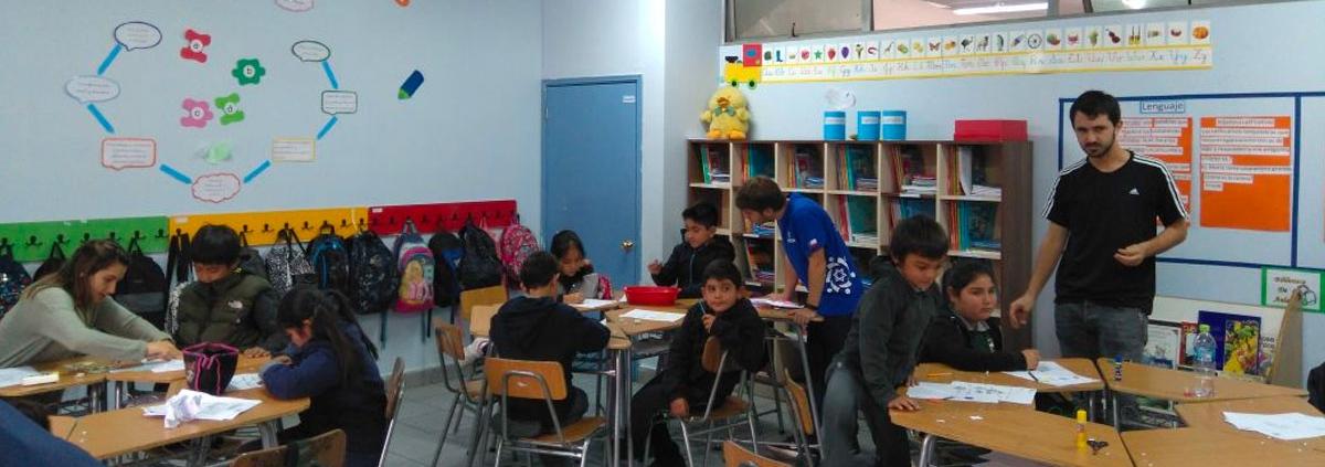 Niños en un salón de clases dentro del Liceo Lo Barnechea