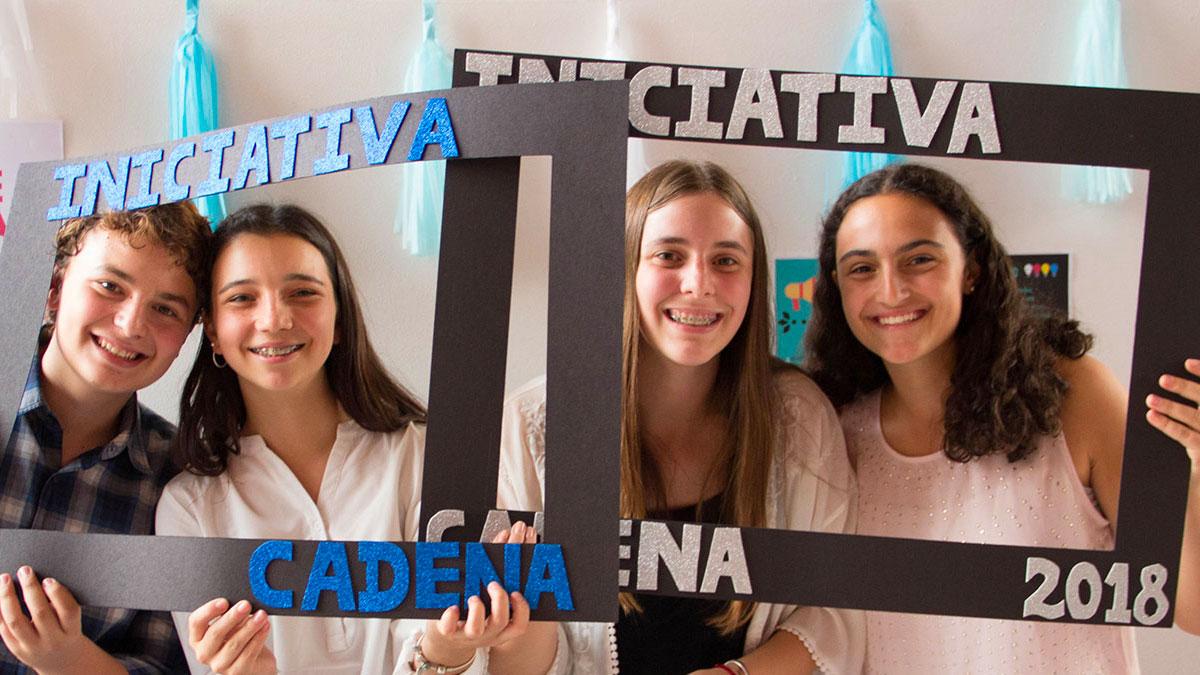 Alumnos participantes de Iniciativa CADENA Chile 2018 sostienen marcos de cartulina.