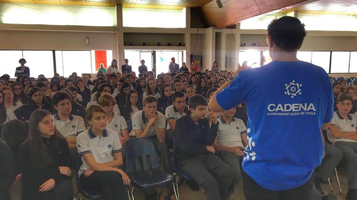 Voluntario de CADENA Chile dando una conferencia