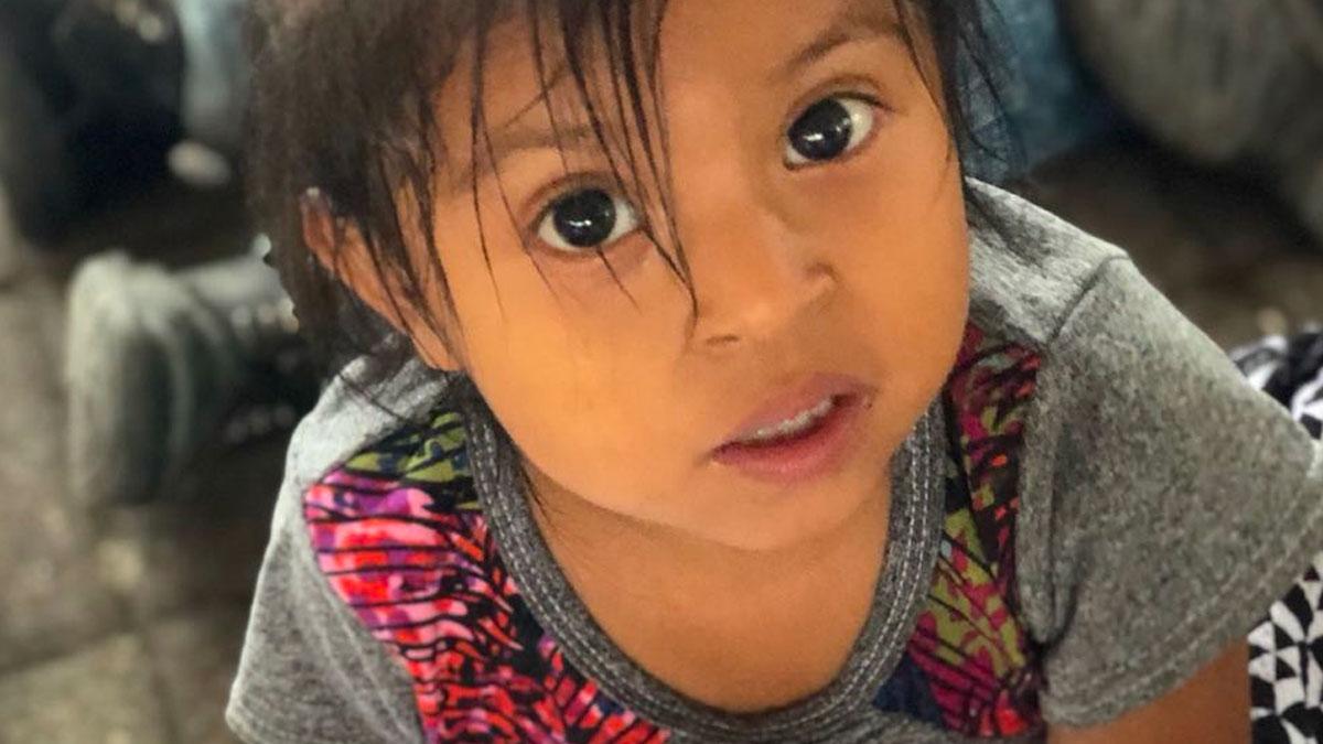 Niña guatemalteca mira fijamente a la cámara