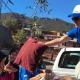Voluntarios de CADENA bajan acopio de una camioneta.
