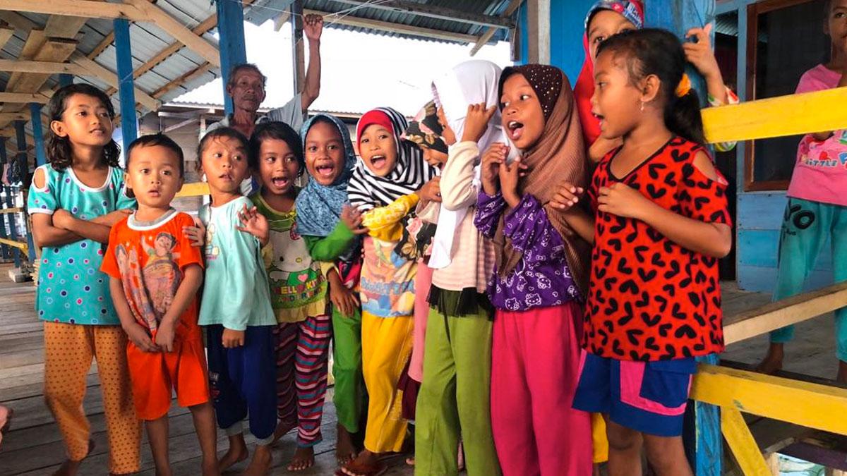 Niños de Indonesia se juntan para una fotografía
