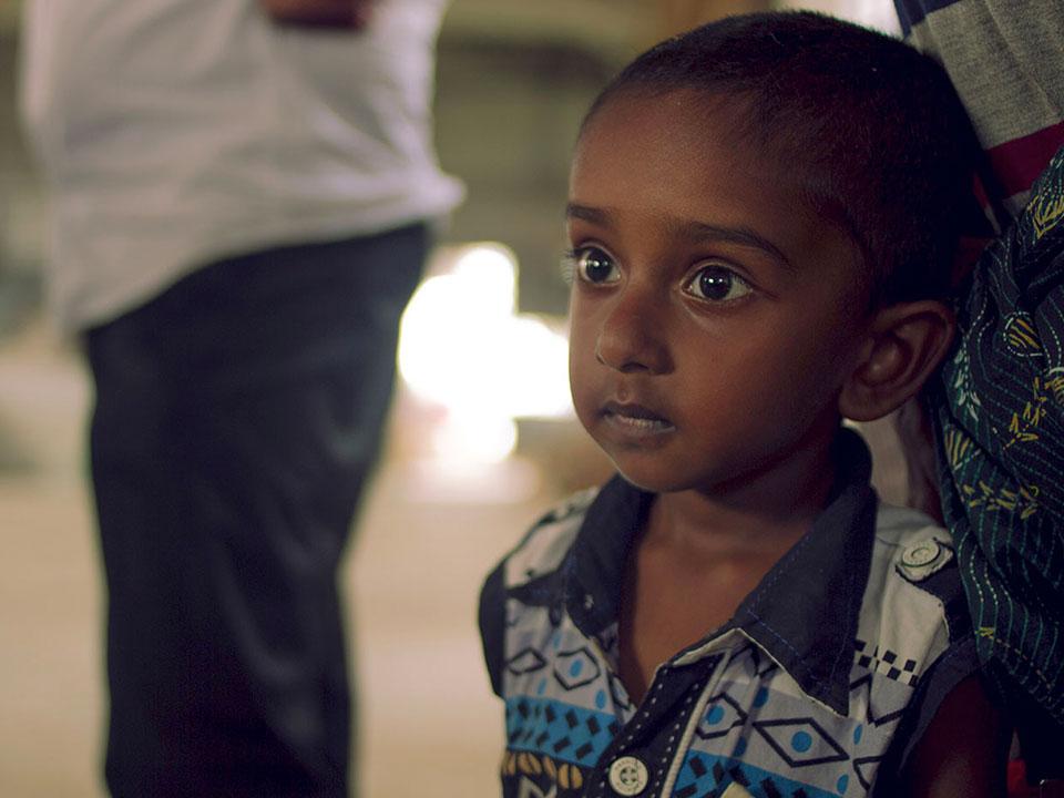Un niño de Kerala, India mira fijamente.