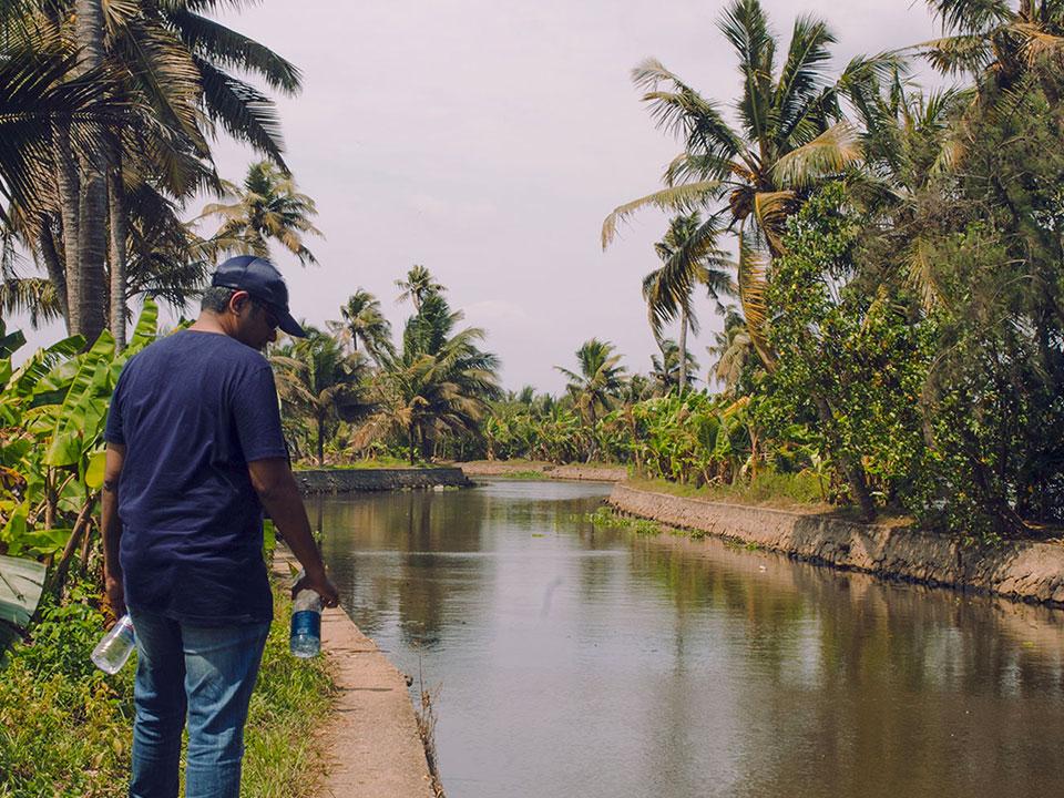 Un hombre mira al río durante la misión a Kerala, India.
