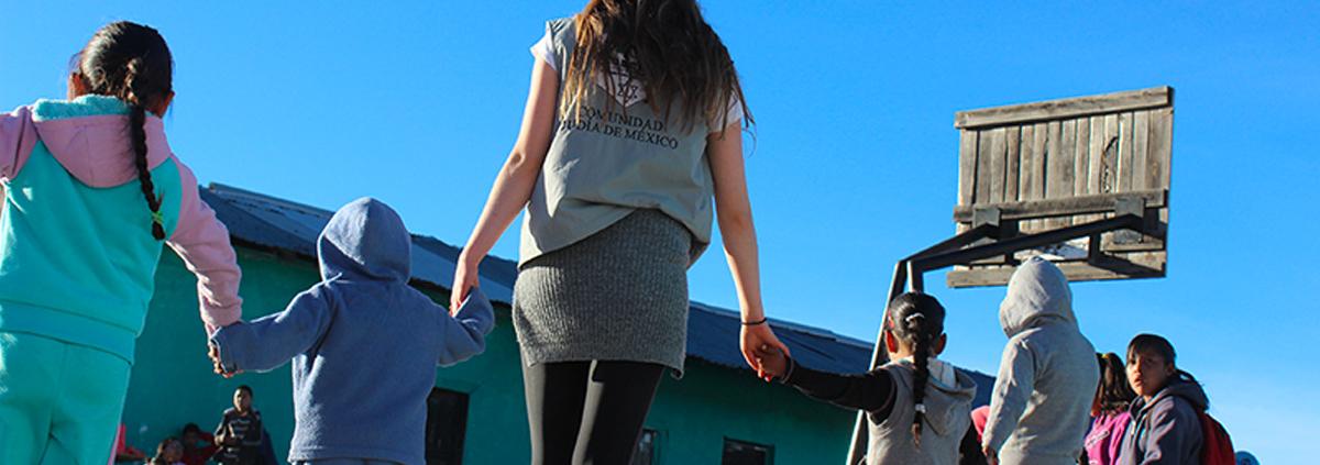 Una voluntaria juega con niños durante una misión de CADENA.