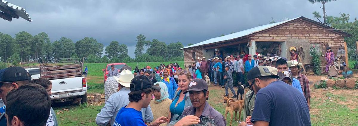 Voluntarios entregan asistencia mano a mano durante la misión a la Sierra Tarahumara en agosto 2019.