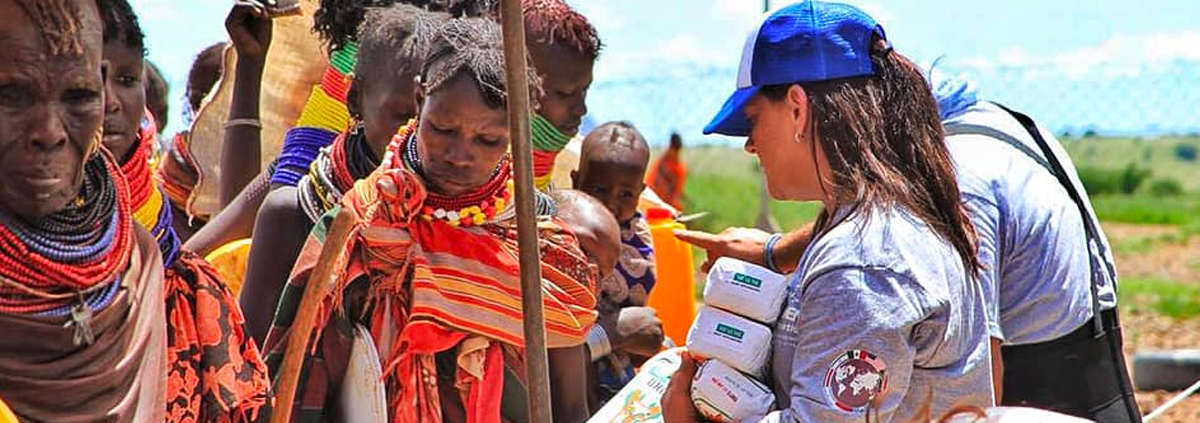 Voluntarias de CADENA entregan asistencia durante una misión.
