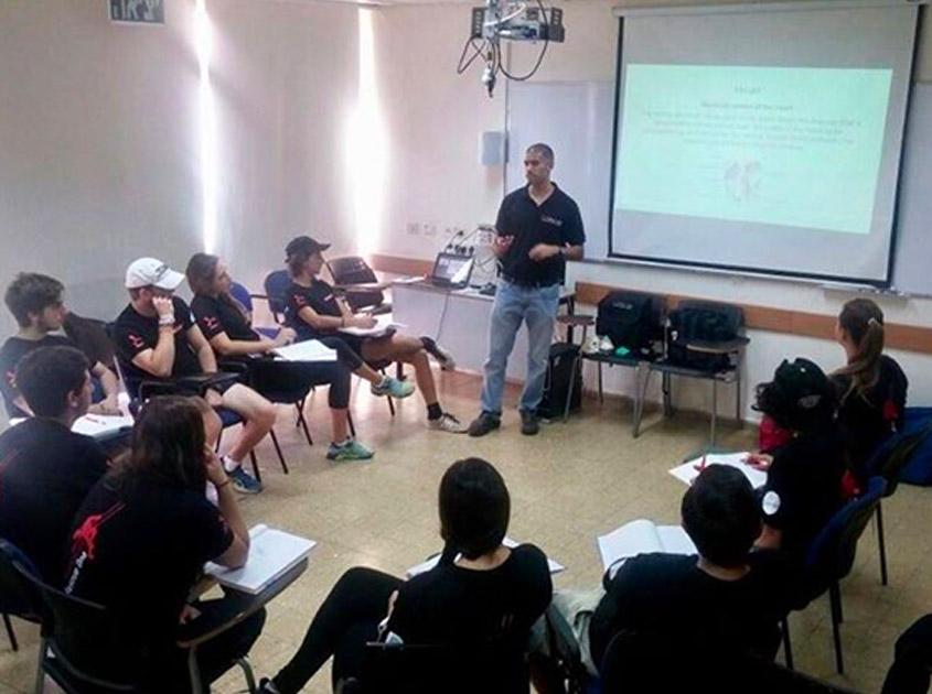 Participantes del curso de Hajshará toman clase con un veterano