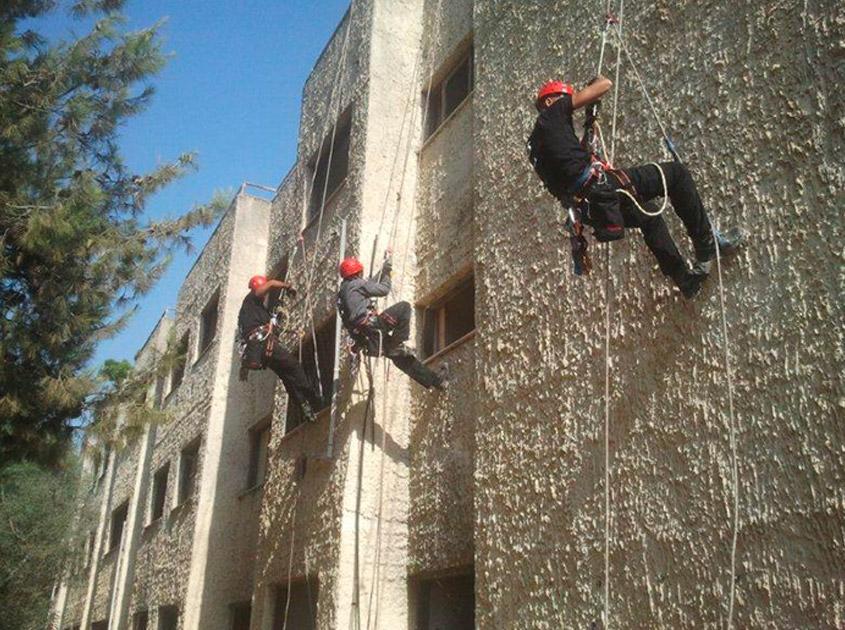 Los estudiantes participan en un entrenamiento de alturas.