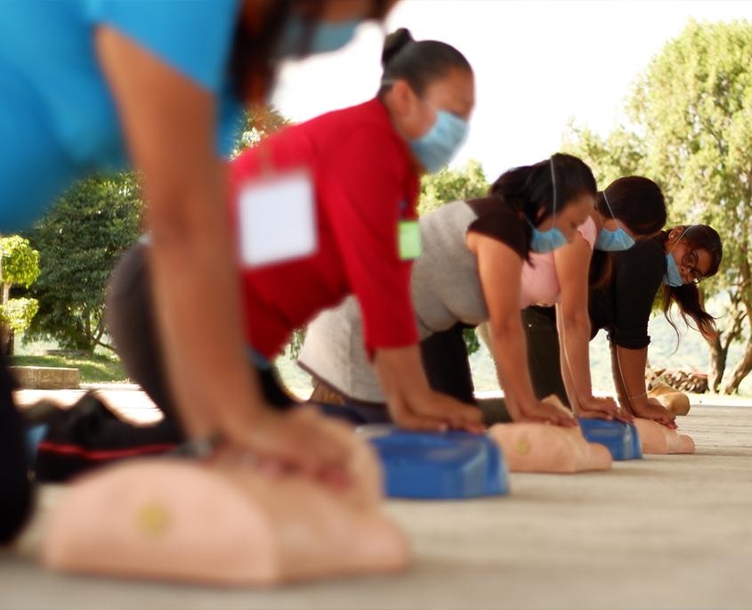 Voluntarios en un curso de primeros auxilios