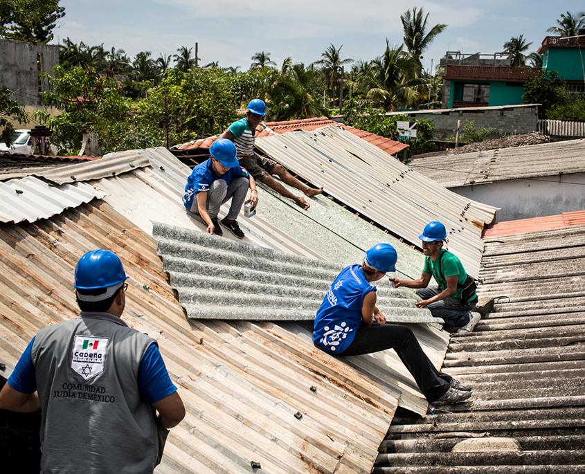 Jóvenes colocan un techo en una misión de CADENA