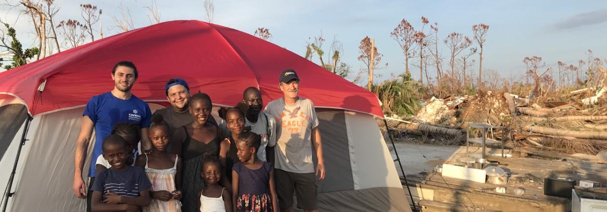 Una familia en las Bahamas recibe shelters